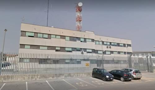 Cento, magrebino pregiudicato aggredisce carabinieri in caserma