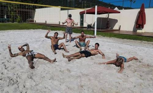 Neymar gioca a footvolley in spiaggia con gli amici: polemica social