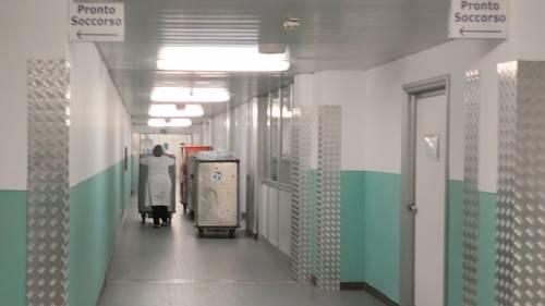 Carrelli del vitto lungo il corridoio del pronto soccorso