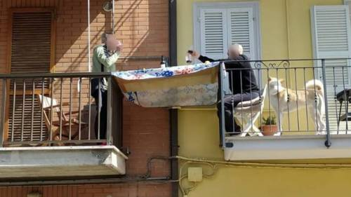 Pranzo tra i balconi a Porto San Giorgio per superare l'isolamento da Coronavirus