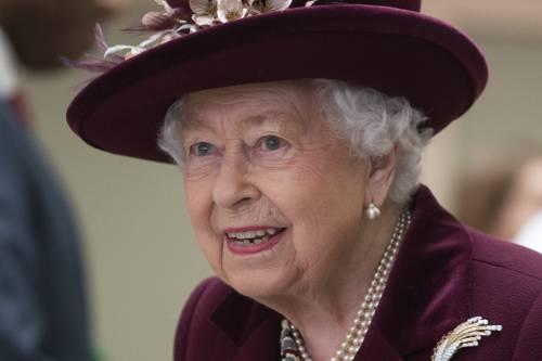 Un valletto della regina Elisabetta è positivo al virus. Pau