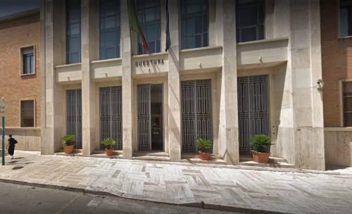 Latina, prima chiede denaro poi aggredisce agenti: preso clandestino
