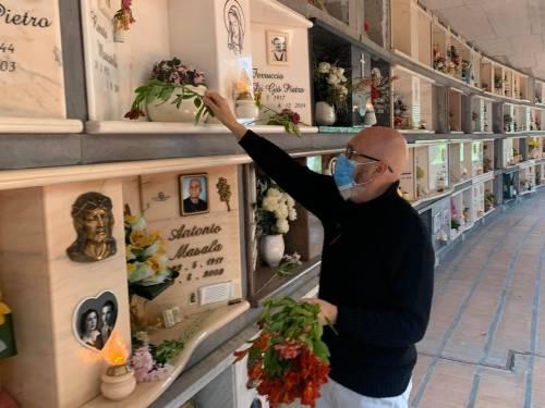 Cimiteri chiusi, a Civitavecchia è il sindaco a deporre fiori sulle tombe