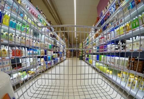 Coronavirus, ai domiciliari e positiva va a rubare al supermercato