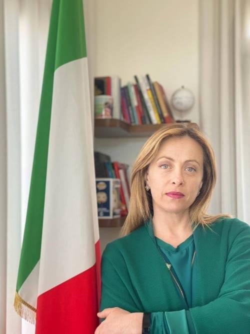 """La rivolta delle bandiere, la Meloni: """"Nel mio ufficio c'è solo il Tricolore"""""""