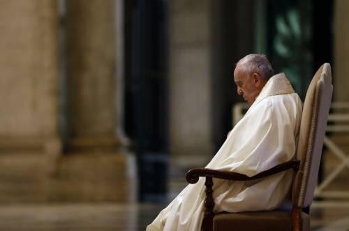 """Il Papa e la messa deserta. """"Ora guardate ai veri eroi"""""""