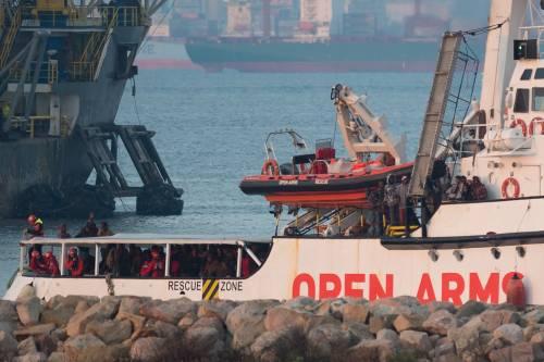 Open Arms, ora è caos in mare. I migranti si gettano in acqua