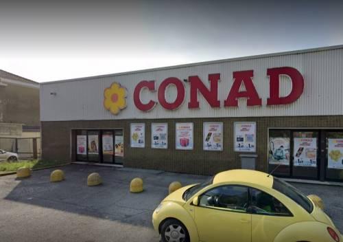 Lecco, algerino crea scompiglio al supermercato: fermato da