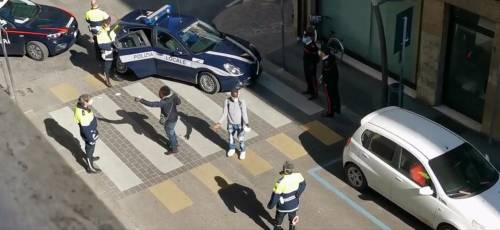 Vicenza, stranieri fuori controllo: prima strappano le multe, poi bottigliate ai residenti