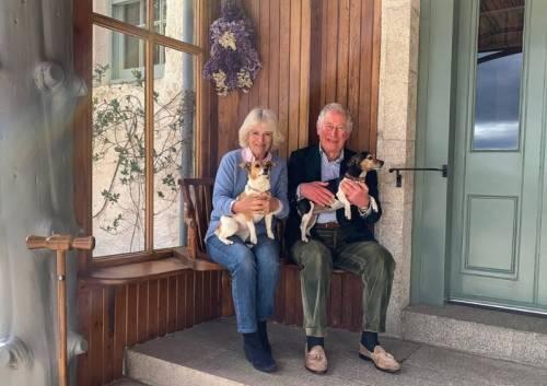 Carlo e Camilla festeggiano con una foto informale l