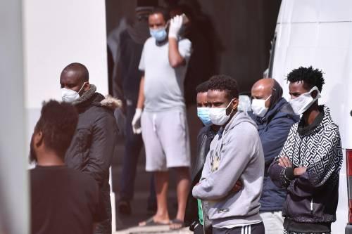 """Ora è rischio focolaio nel palazzo """"bomba"""" dei migranti: sedici positivi al coronavirus"""