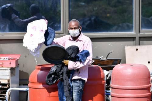 Il Selam palace isolato dall'esercito: screening a tappeto sui migranti 8