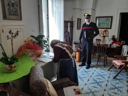 I carabinieri consegnano la pensione a domicilio