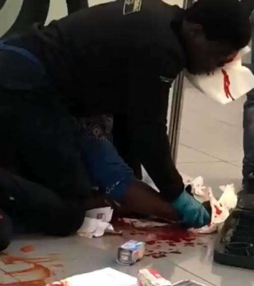 Pescara |  paura e sangue al Carrefour |  senegalese accoltella vigilante