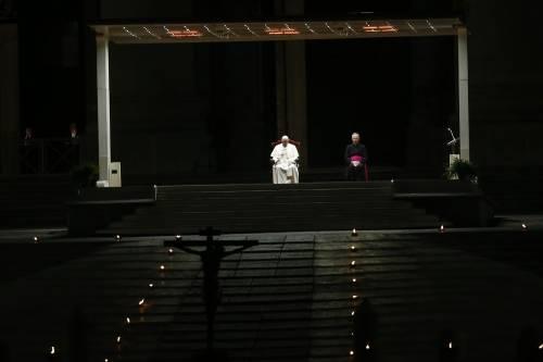 """La Via Crucis del Papa: """"Signore non lasciarci nell'ombra della morte"""""""
