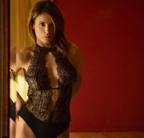 """Elisabetta Canalis sexy in intimo, le sue curve stregano il web: """"Sei illegale"""""""