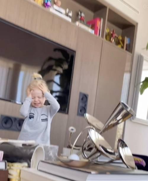 Fedez riprende Leone ma si ribalta sul tavolino: la reazione del bambino è virale