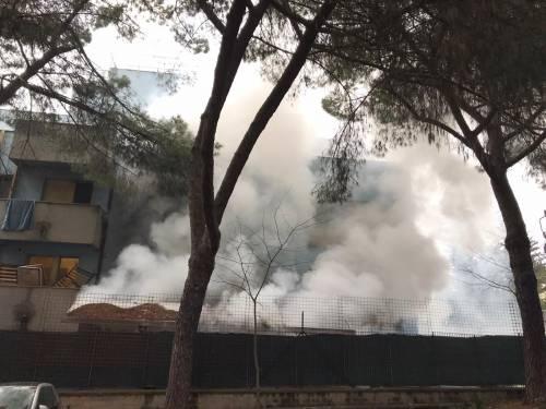 La rivolta dei migranti a Torre Maura: fuoco nel centro d'accoglienza 4