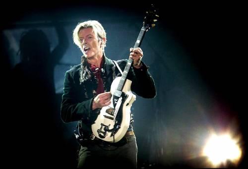 Johnny Flynn diventa David Bowie: prime immagini del biopic