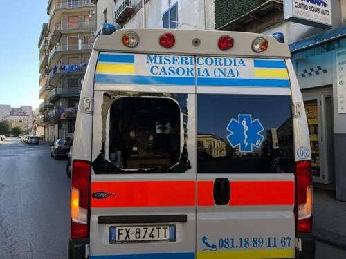 I vandali distruggono l'ambulanza anti Covid