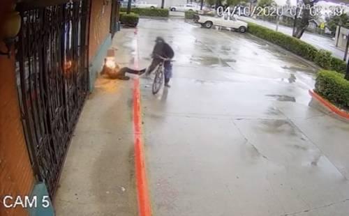 Dà fuoco a un homeless e poi scappa in bicicletta