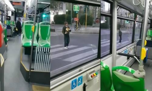 """Milano, straniero assalta il bus """"Adesso ti prendo a bottigliate"""""""