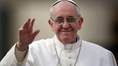 """""""Questa è la vera acqua santa"""", lo scherzo del Papa in un video censurato dal Vaticano"""
