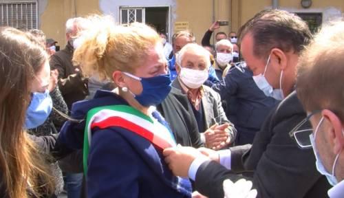 Per il funerale del sindaco non ci sono divieti: almeno 200 in strada