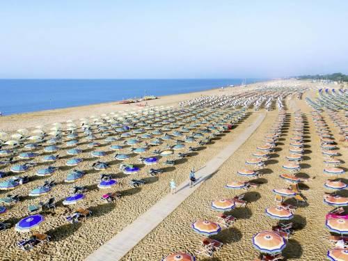 In spiaggia con l'app ed aree di 54 mq tra ombrelloni: mare e monti in cerca di turisti
