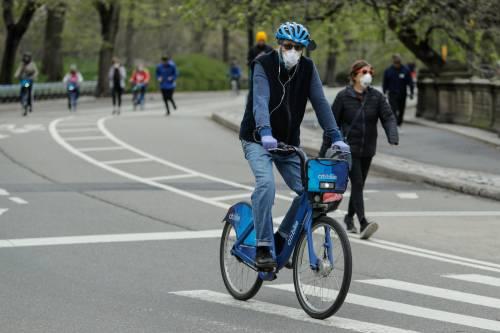 Il coronavirus non ferma Central Park: centinaia di persone al parco