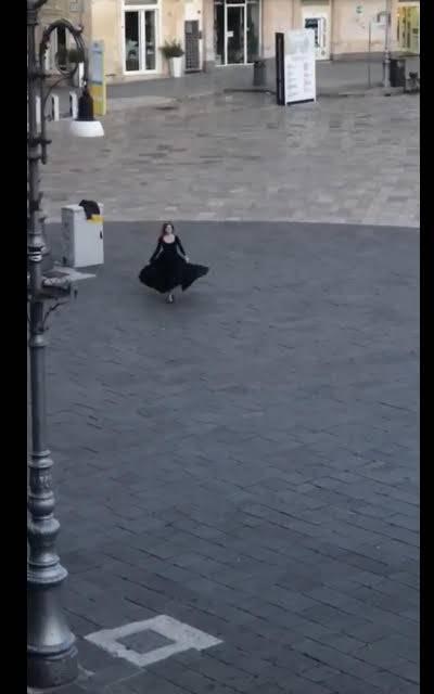 Lecce, balla la pizzica in piazza Sant'Oronzo per esorcizzare il Covid