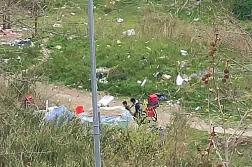 Discariche, roghi tossici e pic-nic: sul Lungotevere di Pietra Papa spunta una nuova favela