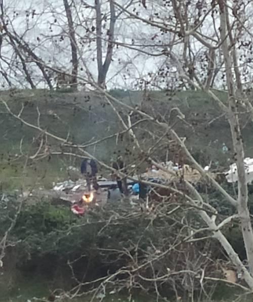 Discariche, roghi tossici e pic-nic: sul Lungotevere di Pietra Papa spunta una nuova favela 2