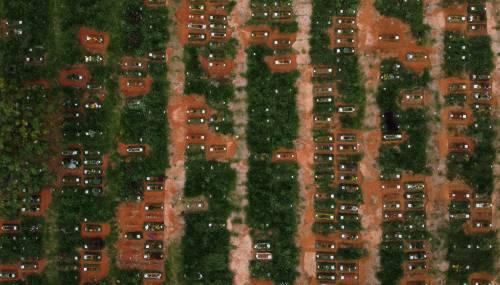 Brasile, fosse comuni per seppellire i morti da coronavirus