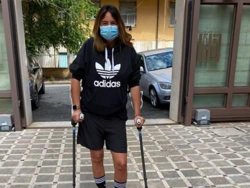Incidente per Paola Perego, la foto con le stampelle sul web preoccupa i fan