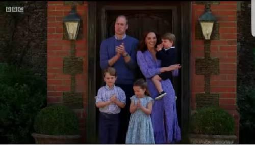 L'uscita (a sorpresa) di William, Kate e i figli: applausi ai medici