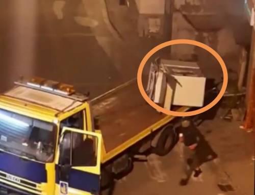 Empoli, ladri sradicano bancomat con un carro attrezzi