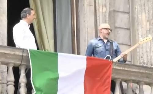Sala ora fa il partigiano Bella Ciao dal balcone