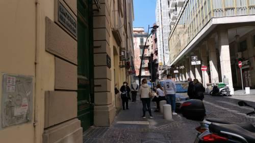 La coda davanti al banco dei pegni di Napoli