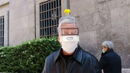 """In giro per Napoli con una tanica sul viso: """"Così mi proteggo dal virus"""""""