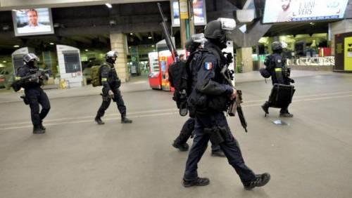 Auto contro agenti a Parigi, si segue la pista islamista dell'Isis