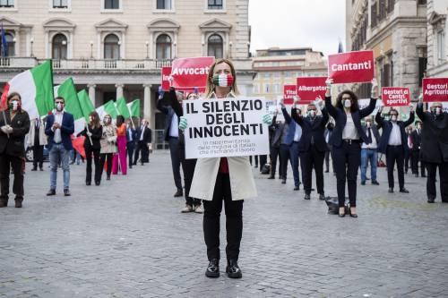 Flash mob della Meloni davanti Palazzo Chigi per dar voce al silenzio degli innocenti
