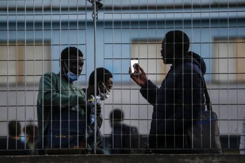 La quarantena degli immigrati: pagano pure gli sciamani anti-virus