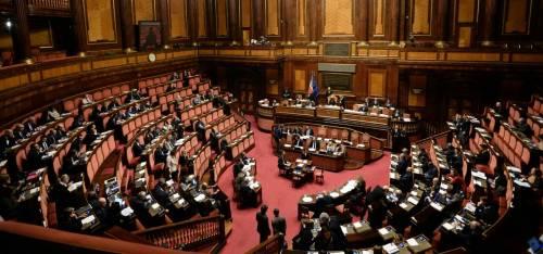 Maggioranza in affanno Centrodestra vota unito e dà i soldi agli italiani