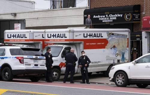 New York, scena horror: camion pieno di cadaveri