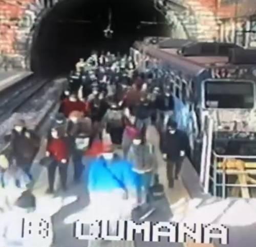 Assembramenti nelle stazioni della Cumana: parte male la Fase 2 per i trasporti pubblici