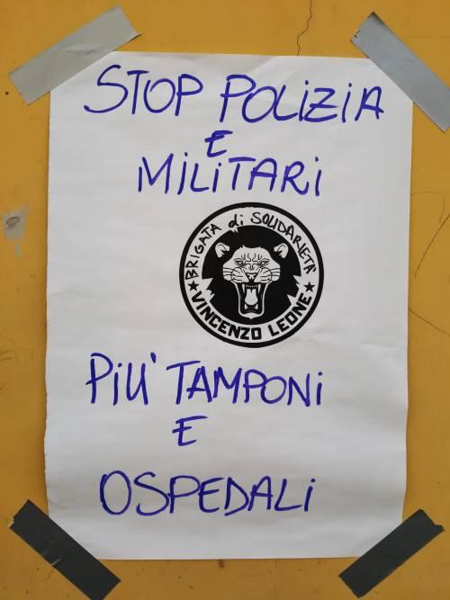 Quei cartelloni choc a Napoli che offendono l'agente morto