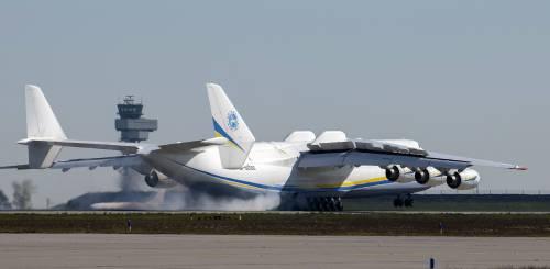 Ecco il gigantesco aereo russo usato nella guerra al Covid-19