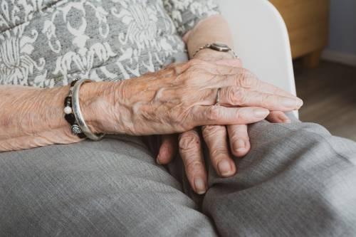 Auguri nonna, prigioniera in ospedale come in cella