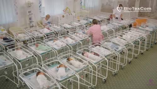 """Il """"supermarket"""" dei bimbi a Kiev: nell'hotel in attesa di essere ritirati"""